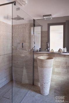 Per il bagno: soluzioni d'arredo d'effetto, realizzate con materiali di pregio, ma anche salvaspazio per sfruttare bene l'ambiente di piccole dimensioni, come il piatto doccia a filo pavimento in travertino.