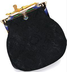 Estos extraordinarios bolsos pertenecen a otra época.  No sólo son de estilo Art Deco y por lo tanto pertenecen a los años 20-30, sino que forman parte de un mundo tan lleno de glamour en el cual las joyas habituales no eran suficientes y tanto los hombres como las mujeres utilizaban para lucirlas todo tipo de objetos.