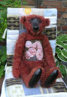 Der Bär mit roten Rosen .
