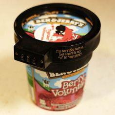 Non, le «Euphori-Lock» n'est pas une blague. Il existe vraiment un gadget qui vous permet de fermer à clefvos pots de glace Ben & Jerry's pour les garder à l'abri des indésirables… Véritable cadenas à code, le «Euphori-Lock» (j'adore le nom) se fixe directement sur votre pot de glace Ben & Jerry's et ne s'ouvrira qu'avec la bonne combinaison. Le «Euphori-Lock» a été imaginé par un fan de la marque, qui avec beaucoup d'humour a décidé de réaliser ses rêves et de produire le gadget.