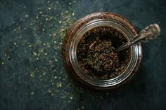 Homemade body scrub with coffee grinds and nettles © Rowan Tree Photography | www.rowantree.se/blog