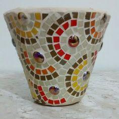Vaso de cerâmica, com mosaico feito com pastilhas de vidro. by Atelier Márcia Regina