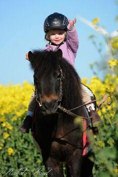 Ik hoop dat mijn dochtertje net zoveel van paardjes gaat houden als ik.  I hope my daughter will love horses just as much as i do!!