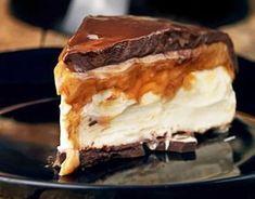 Cheesecake Mascarpone com caramelo e chocolate Frozen Desserts, Cookie Desserts, Just Desserts, Sweets Recipes, Cake Recipes, Snack Recipes, My Dessert, Food Humor, I Love Food