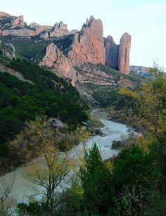 Río Gállego. Al fondo: Los Mallos de Riglos. (Huesca). Aragón. Spain