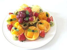 まるでフラワーアレンジメントみたい!目にも鮮やかなビタミンカラーのフルーツアートは、テーブルの真ん中に置くだけで食卓が華やぎそうです。