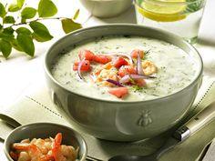 So eine Gurkensuppe mit Wassermelone ist im Sommer genau das Richtige. Gurken-Joghurt-Suppe mit Garnelen und Wassermelonen - smarter - Zeit: 30 Min. | eatsmarter.de