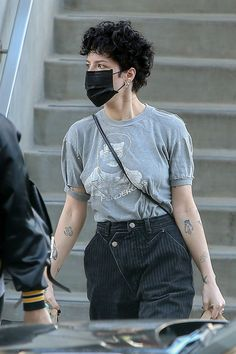 """The """"Graveyard"""" singer wore a black surgical mask, gray Teddy Pendergrass tee and reconstructed, pinstripe jeans while shopping at Erewhon Market in Los Angeles with a friend on March Curly Hair Cuts, Short Curly Hair, Curly Hair Styles, Halsey Short Hair, Shorty, Look Cool, Wearing Black, Aesthetic Clothes, Beautiful People"""