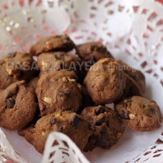 Easy chocolate chip cookies recipe that yields buttery chocolate chip cookies. Say hello to freshly baked chocolate chip cookies from your own oven. | rasamalaysia.com