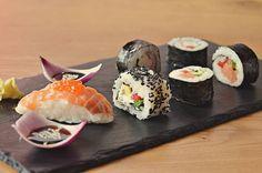 Servire Timp de preparare Dificultate 4 porții 40 min Mediu Ingrediente Mod de preparare 500g orez pentru sushi 500ml apă oțet din orez 20g zahăr tos 8 foi de alge marine 200g somon afumat 8 cozi de ceapă verde 1 avocado 1 ardei kapia 1 …