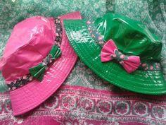 Fantásticos gorros de lluvia de charol  para las nenas.. customizados con tela y…