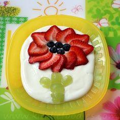 Iogurte e frutas! Huuuummm! :P