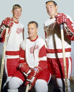 Garry Unger 18 years old (on the left) in his first year in NHL, with Gordie Howe (sitting) and Frank Mahovlich (on the right). Boston Bruins Hockey, Women's Hockey, Hockey Cards, Red Wings Hockey, Detroit Sports, Tim Hortons, Football Memes, Vancouver Canucks, National Hockey League