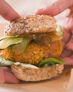 Take your weeknight dinners from drab to FAB with this delicious crispy pilchard burger 😍😱💥 Avocado Egg Recipes, Salmon Recipes, Veggie Recipes, Fish Recipes, Gourmet Recipes, Cooking Recipes, Fish Burger, Fish Sandwich, Crispy Salmon Recipe