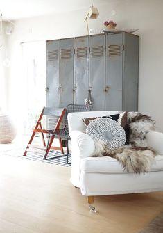 Mooie combinatie van de stoere stalen lockers met de lieve zachte stoel.. Like!