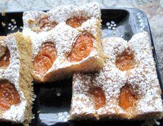 Für den Marillenkuchen die Zitrone waschen, Schale abreiben und den Saft auspressen. Backrohr auf 180 °C Ober- und Unterhitze vorheizen. Weiche