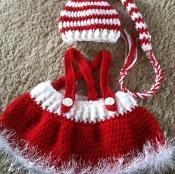 These crochet baby dress and diaper sets would be so adorable for holidays or anytime. They are cozy and special especially handmade by yourself, which is DIY Crochet Baby Christmas Sets Free Pattern Angelika Zambuto angelikazambuto strickideen The Baby Girl Crochet, Crochet Baby Clothes, Crochet For Kids, Diy Crochet, Crochet Crafts, Yarn Crafts, Crochet Projects, Crochet Baby Outfits, Crochet Santa