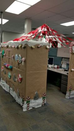 Gingerbread house under construction - Dario Christmas Cubical Decorations, Gingerbread Decorations, Christmas Themes, Cubicle Decorations, Cubicle Ideas, Holiday Decor, Office Cubicle, Christmas Gingerbread House, Christmas Door