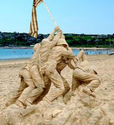 Soldiers planting flag on Iwo Jima sand sculpture. Snow Sculptures, Sculpture Art, Ice Art, Snow Art, Grain Of Sand, Land Art, Beach Art, Oeuvre D'art, Strand