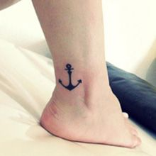 O tornozelo é uma ótima opção para tatuagens femininas, sensíveis e delicadas. Veja uma série de fotos de tatuagens no tornozelo.