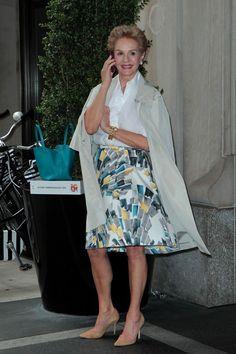 Carolina Herrera Knee Length Skirt - Carolina Herrera was her usual classy self in a white button-down and vibrant print skirt. Carolina Herera, Ch Carolina Herrera, Clothes For Women Over 50, Fashion For Women Over 40, Classic Outfits, Stylish Outfits, Advanced Style, Printed Skirts, Ideias Fashion
