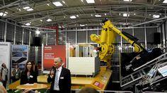 Präsentation von MOMO, einem mobilen Montageroboter für Photovoltaik Module auf der Intersolar München 2012 von Kiener Maschinenbau und PV Kraftwerker