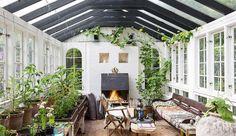 Få et smugkig ind i smykkedesigner Josephine Bergsøes chamerende, blå villa, som blandt andet gemmer på en vinkælder, et orangeri med pejs og en privat tagterasse i de mest idylliske omgivelser.