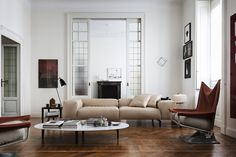 The seats have generously-sized armrests and a foldable headrest, whose movable mechanism provides for different positions to ensure an excellent level of comfort. Discover more on: http://cassina.com/en/collection/sofas-and-armchairs/204-scighera