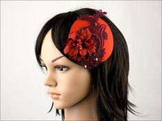 Ce bibi rond tout rouge est décoré avec de la dentelle et une fleur en tissu.    Le bibi se porte très facilement sur cheveux longs ou courts, atta...