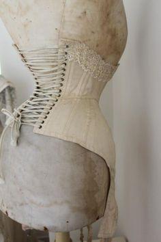 Mannequin et corset époque victorienne.