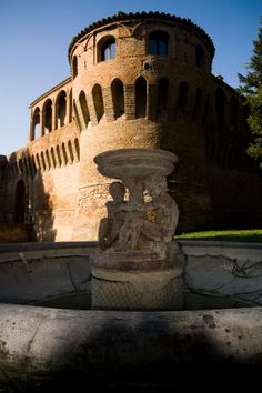 ROCCA SFORZESCA. Emblema ddi #Bagnara di #Romagna è, senza dubbio, la Rocca. Atmosfere di epoche lontane vi si respirano ancora nel grande mastio, nei loggiati e nel cortile rinascimentale. Oggi la Rocca ospita il Museo del Castello. Indirizzo: Piazza IV Novembre, 3. Tutte le info qui: http://www.romagnadeste.it/it/4-bagnara-di-romagna/i117-rocca-sforzesca.htm
