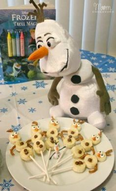 Disney FROZEN Olaf Snowman Banana Treats-finally something healthy for a kids party! Frozen Birthday Party, Olaf Party, Olaf Birthday, Disney Frozen Party, Schneemann Party, Frozen Crafts, Festa Party, Snacks Für Party, Disney Food