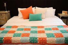 MON ABRÍ    MANTAS, PIE DE CAMA, ALMOHADONES EN CROCHET Y DOS AGUJAS  CON TRENZAS. EN COLORES PAST... Manta Crochet, Crochet Granny, Crochet Bedspread, Crochet Blankets, Bed Runner, Bed Spreads, Color Combinations, Diy And Crafts, Crochet Patterns