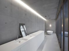 Minimal bathroom in grey and white by Belgian architects Minus. Concrete Bathroom, Bathroom Bath, Bathroom Toilets, Bathroom Ideas, Bad Inspiration, Bathroom Inspiration, Interior Design Inspiration, Minimal Bathroom, Modern Bathroom
