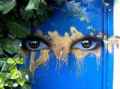 pintura de dos ojos con mirada misteriosa