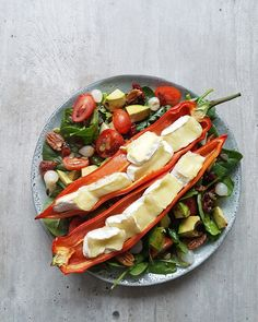 Salad with grilled peppers and brie!Spinach Salad with grilled peppers and brie! Superfood Salad, Brie, Paleo, Dairy Free Diet, Vegetarian Recipes, Healthy Recipes, Happy Foods, Kitchen Recipes, Food Inspiration