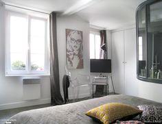 Suite parentale avec chambre lumineuse et cosy ; une verrière d'intérieur la sépare de la salle de bains.