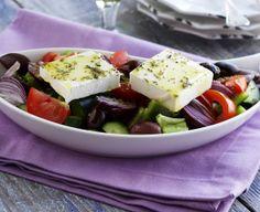 Greek salad, perfect for a sunny day - Kreikkalainen salaatti, resepti – Ruoka.fi