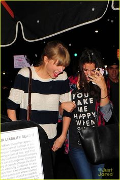 Selena Gomez: Saturday Night Dinner with Taylor Swift!: Photo Selena Gomez and her BFF Taylor Swift link arms as they head into Osteria La Buca for dinner on Saturday night (November in Los Angeles. Selena Gomez Friends, Selena Gomez The Weeknd, Selena And Taylor, Selena Gomez Smiling, Same Old Love, Long Live Taylor Swift, Ethel Kennedy, Jonas Brothers, Pop Bands
