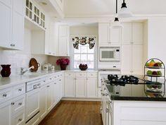 cuisine blanche chic- ilot avec plaques de cuisson à gaz et plan de travail noir
