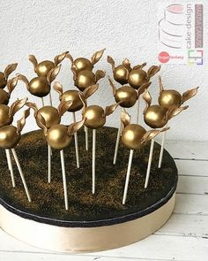 Awesome Golden Snitch Cake Pops made by Marzia Caruso # cake pops Awesome Harry Potter Cake, Cake Pops, and Cupcakes Harry Potter Cupcakes, Harry Potter Desserts, Harry Potter Motto Party, Gateau Harry Potter, Harry Potter Bday, Harry Potter Birthday Cake, Harry Potter Food, Harry Potter Wedding, Easter Cake Pops