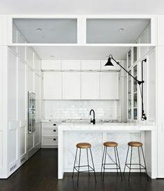 La cuisine de la maison moderne en marbre blanc
