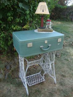 24 Best DIY Vintage Suitcase Table Ideas - Best Home Decorating Ideas Sewing Machine Tables, Antique Sewing Machines, Sewing Table, Sewing Machine Projects, Vintage Suitcases, Vintage Luggage, Vintage Trunks, Furniture Makeover, Diy Furniture