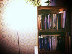 Tein Kirjahyllyn vanhoista Alko-laatikoista. #kirjahylly #bookshelf #sisustus