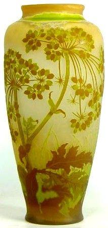 Emile GALLE (1846-1904), vase en verre gravé à décor d'ombellifères. Hauteur : 46 cm.