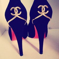 chanel gold logo pumps