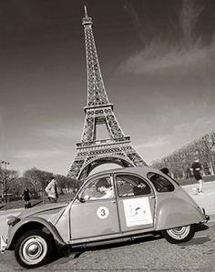 Sus 300 metros de altura le permitieron llevar el título de «la estructura más alta del mundo» hasta la construcción en 1930 del Edificio Chrysler, en Nueva York. Construida sobre el Campo de Marte cerca del río Sena, en el 7º distrito de París, actualmente es administrada por la Sociedad para la administración de la torre Eiffel (Société d'exploitation de la tour Eiffel, SETE).