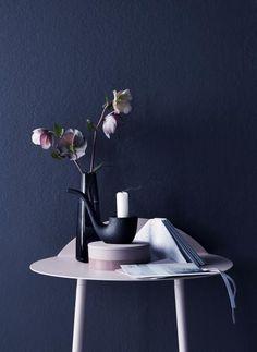 dark blue wall and light pink, styling Anna-Kaisa Melvas, photo Piia Arnould / Glorian Koti Dark Blue Walls, Anna, Vase, Colours, Inspiration, Furniture, Home Decor, Style, Biblical Inspiration
