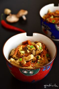 asian-style stir-fry with lots of veggies, soy sauce and roast chicken. Quick and healthy dinner idea for busy days. Eat Right, One Pot Meals, Wok, Stir Fry, Whole Food Recipes, Fries, Food And Drink, Veggies, Healthy Eating