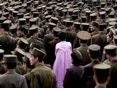 """""""Uma bela imagem de uma mulher em meio aos soldados do Exército. Infelizmente, é proibido fotografar as Forças Armadas da Coréia do Norte."""" (Foto: Eric Lafforgue)"""